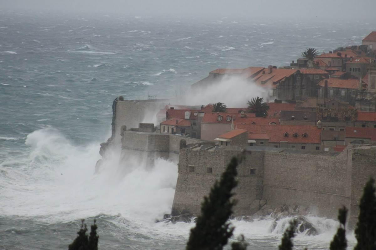 Olujni valovi prebacuju zidine