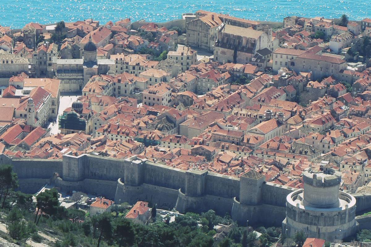 Grad panorama Stradun Zidine Krovovi