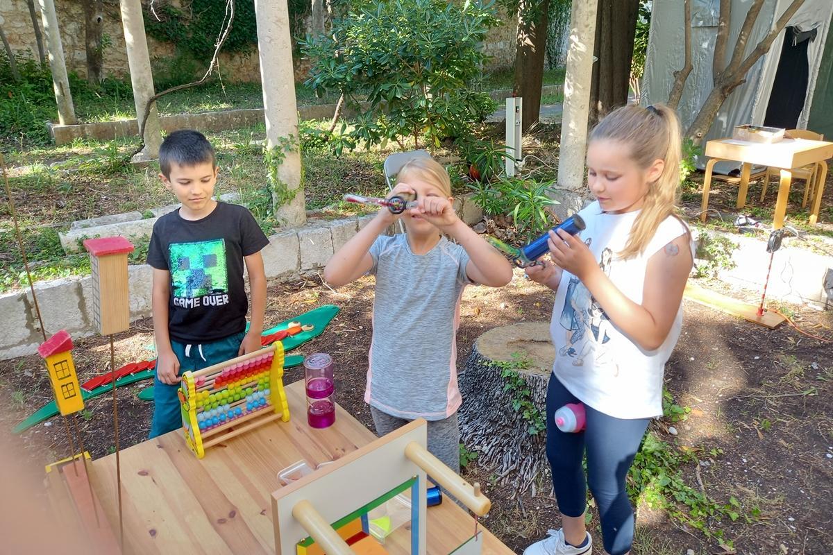 'LJETO U KNJIŽNICI' Djeca oduševljena interaktivnom izložbom eksponata iz fizike